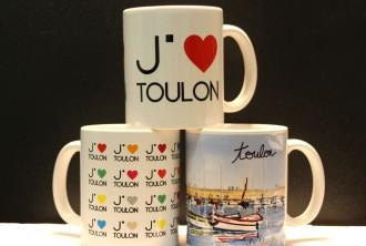 Mugs, magnets et autres savons... Découvrez une sélection de souvenirs griffés Toulon en vente à l'Office de Tourisme !